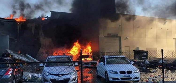 Авион се урна во трговски центар во Мелбурн, пет лица загинаа