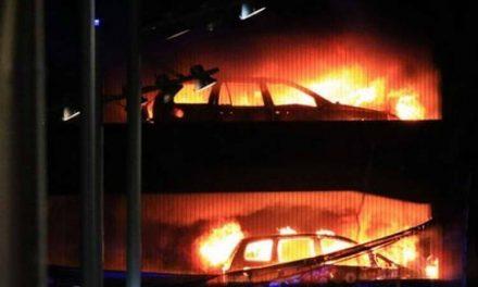 Изгореа најмалку 1.400 автомобили во катна гаража во Ливерпул