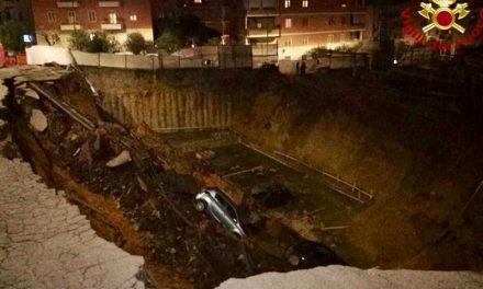 Огромна дупка во Рим проголта седум автомобили