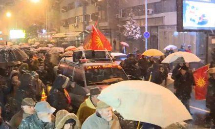 МВР: На протестот запалени грчкото и албанското знаме и каменуван ЕУ Инфо центар