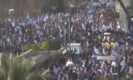 """На протестот """"Македонија е грчка"""" учествувале 140.000 граѓани, дел се судрија со анархистите"""