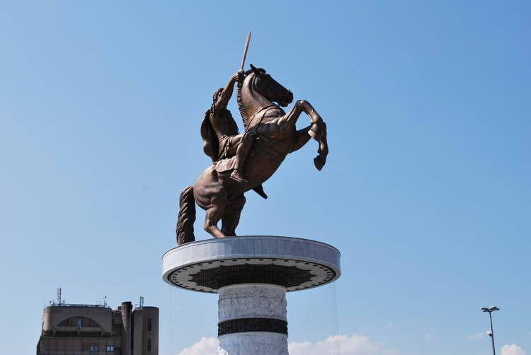 Заев: Нема да се урива споменикот на Александар Македонски