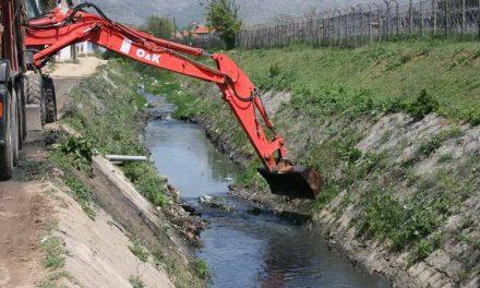 Се чисти каналот од Дабничка река