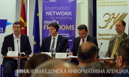 Новинарите кон Поповски и Селмани: Лицемерни сте, постојано сме под закани