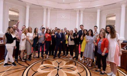 Премиерот Заев прими во посета дваесетина млади луѓе од регионот