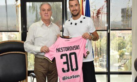 Несторовски му го подари својот победнички дрес на градоначалникот Јованоски