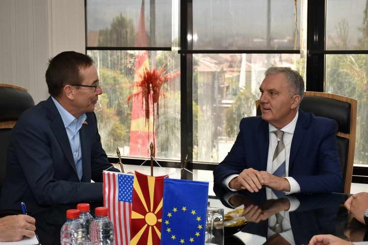 Градоначалникот Јованоски и амбасадорот Бејли им порачаа на младите да излезат на референдум
