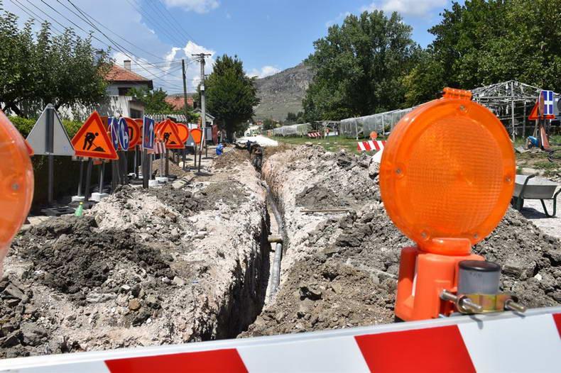 Се менуваат азбесните водоводни цевки и се реконструираат улиците во градот