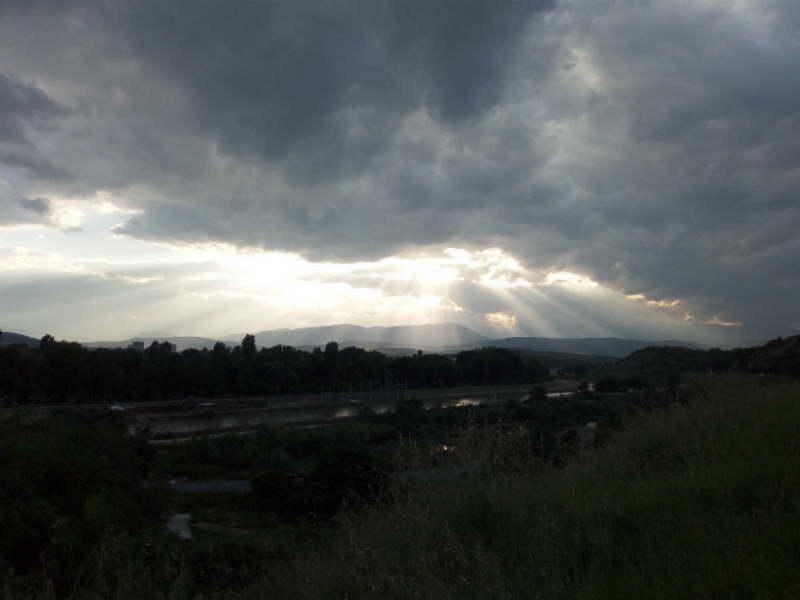 Денеска свежо, утре попладне локален пороен дожд