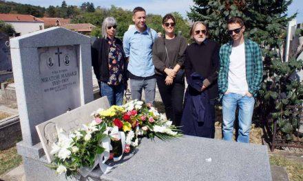 Положено свежо цвеќе на гробот на Милтон Манаки