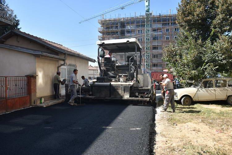 Градежната офанзива во Прилеп продолжува со асфалтирање и тампонирање на многу сообраќајници