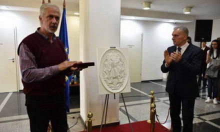 """По повод 11.Октомври, во Прилеп откриена реплика во мермер на орденот """"Народен Херој"""""""