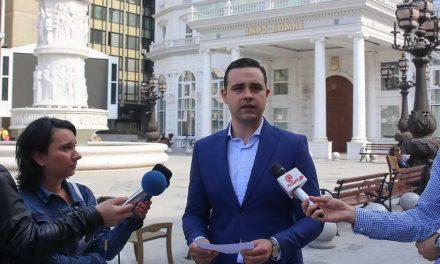 Костадинов: Протестите пред судот и нападите кон пратениците потврдуваат дека пионот Мицкоски го брани криминалот на менторот Груевски