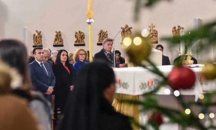 Премиерот Заев присуствуваше на мисата во централната католичка црква во Скопје