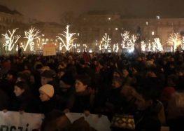 Полицијата со солзавец против демонстрантите, пратеници избркани од унгарската телевизија