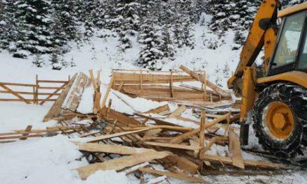 Општина Тетово ги сруши нелегалните туристички бунгалови во Шипковица