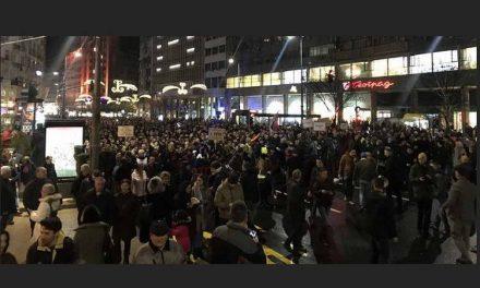"""""""Стоп на крвавите кошули"""" – Протест во Белград поради нападот на опозициски лидер"""