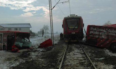 Петмина мртви откако воз удри автобус кај Ниш