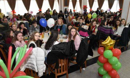 Божикен ручек за 500 деца од сите краишта на Македонија