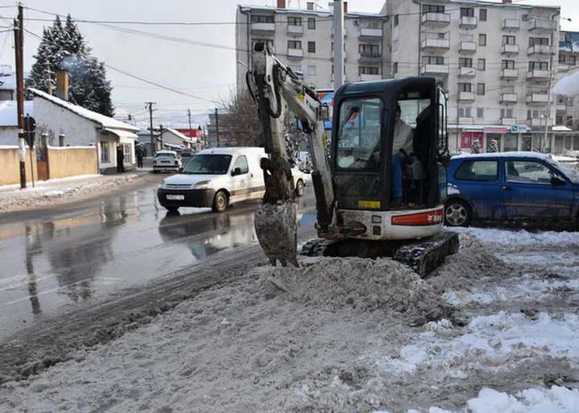 Прилеп: Главните сообраќајници во општината комплетно исчистени од снег, се чистат потесните улици и патот за Мариово