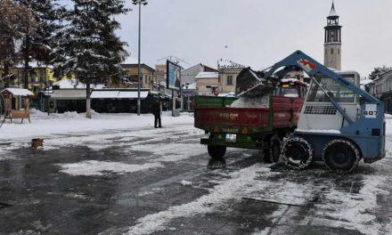 """Работниците на ЈКП """"Комуналец"""" продолжуваат со расчистување на снегот и за време на викендот"""