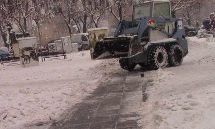 """И покрај континуираните врнежи од снег, вработените во ЈКП """"Комуналец"""" успешно се справуваат со временските неприлики"""