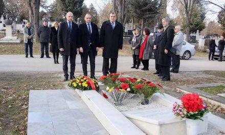 Делегација на Владата на РМ положи свежо цвеќе на гробот на Киро Глигоров