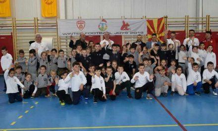 """Ученици од прилепските основни училишта, дел од проектот """"Фудбалски зимски радости"""""""