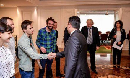 """Средба на Заев со претставници на филмските проекти, филмовите """"Господ постои, името ѝ е Петрунија"""", """"Медена земја"""" и """"Исцелител"""""""