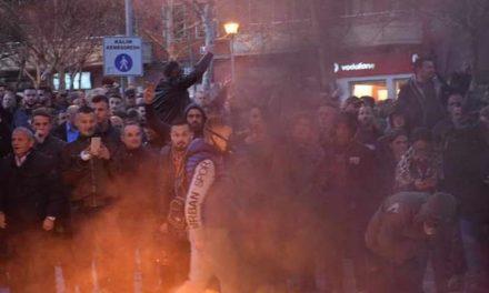 Демонстрантите во Тирана се обидоа да влезат во парламентот