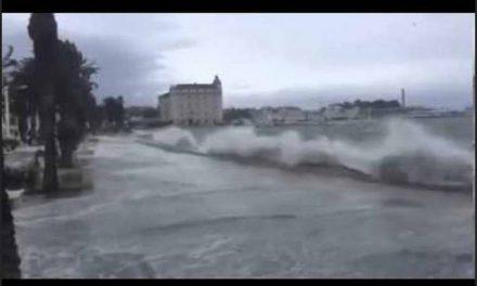 Незапаметено невреме во Дубровник, ветрот носеше покриви и луѓе (видео)