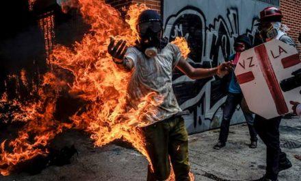 Протестите во Венецуела преминаа во насилство, САД се закануваат со санкции