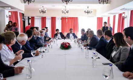 Заев и Бектеши на средба со хотелиери: Заеднички да ги унапредиме услужните дејности за побрз развој на туризмот