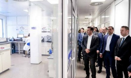Заев и владина делегација во посета на Алкалоид АД Скопје: Поддршката на македонските компании е важна за економскиот раст