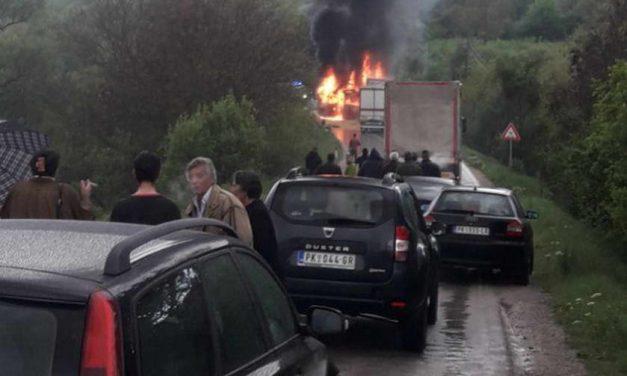 Петмина загинати во судар на автобус и камион во Србија