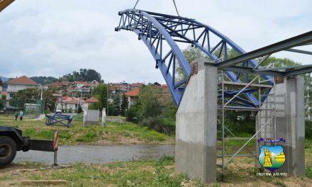 Првиот пешачки мост на река Брегалница во Делчево ја добива својата челична конструкција