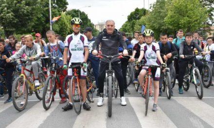 """Прилеп: 500 велосипедисти предводени од градоначалникот Јованоски зедоа учество на манифестацијата """"Сите на велосипед"""""""