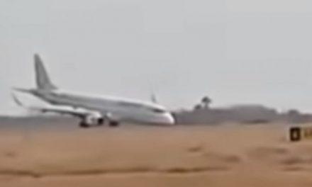 Избегната катастрофа, авион слета без предните тркала (видео)