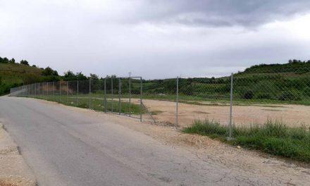 Токсичниот линдан во Пеленица доби жичана ограда, но без никакви ознаки, забрани или предупредувања