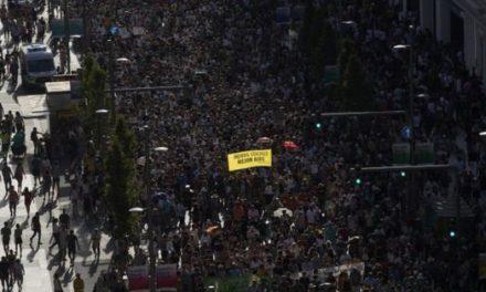 Жителите на Мадрид во одбрана на центарот на градот од автомобили