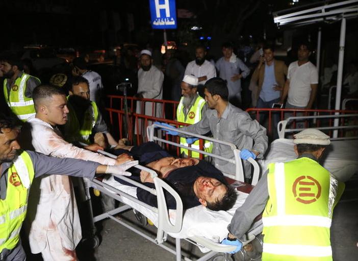 Најмалку 63 лица загинаа, 182 се повредени во напад на бомбаш самоубиец во Кабул (видео)