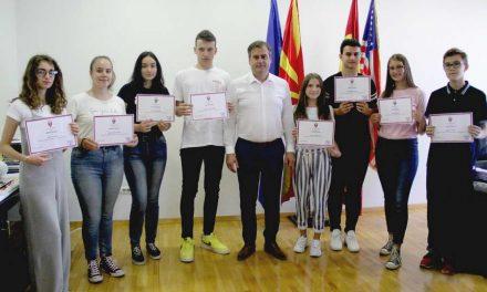 Парични награди за првенците на генерација во општина Аеродром