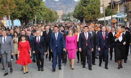Со импозантен граѓански марш, Прилеп го одбележа Денот на народното востание