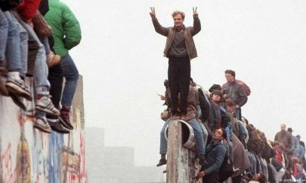 Фотографија на денот: 30 години од падот на Берлинскиот ѕид