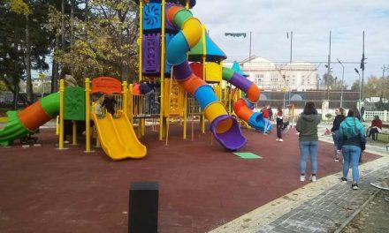 Ред се чека за тобоганите во новиот детски парк во Битола