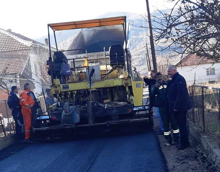 Се асфалтираат улици во делчевско Тработивиште