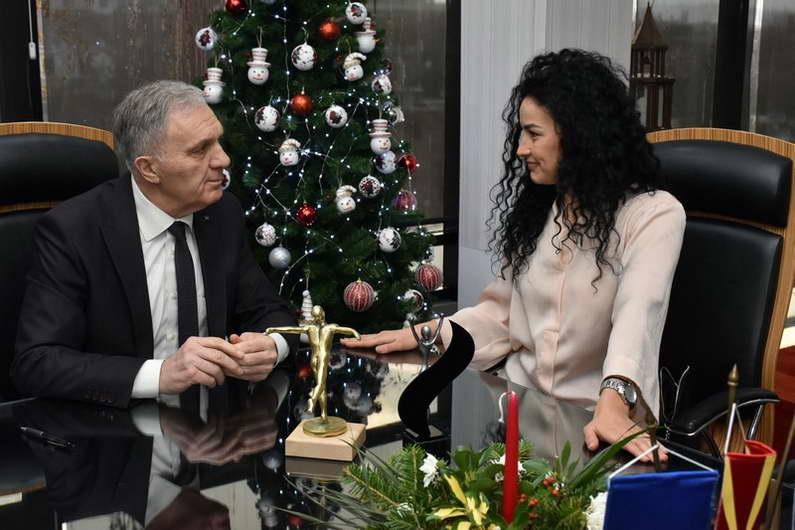 Најдобрата македонска спортистка, прилепчанката Пуликсенија Јованоска, на средба со градоначалникот Јованоски