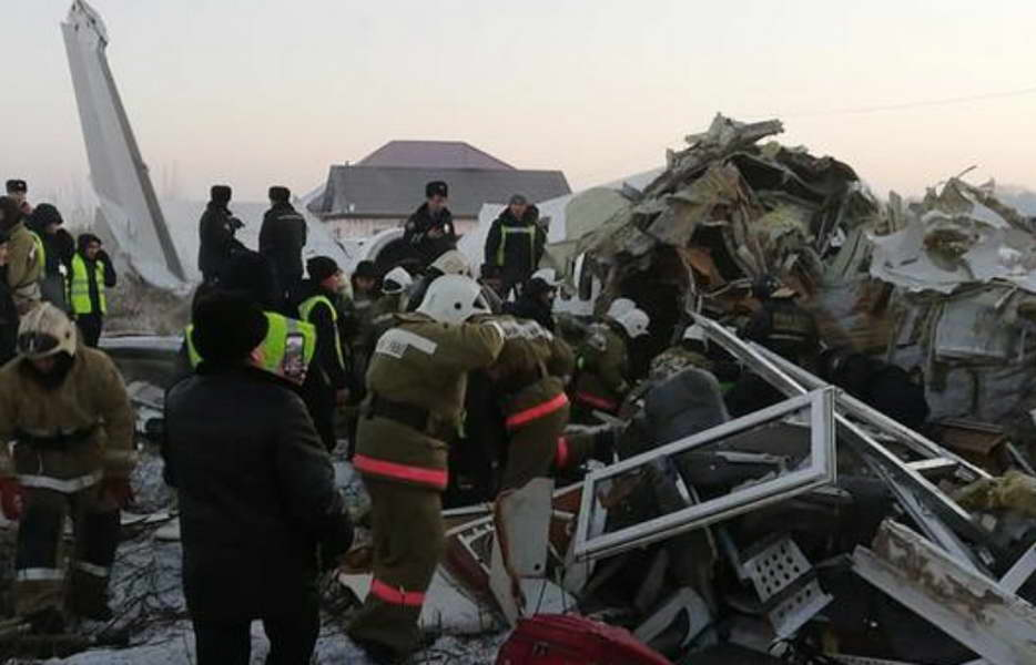 Казахстан: Патнички авион се урна во зграда, најмалку 15 загинати, 50 тешко повредени