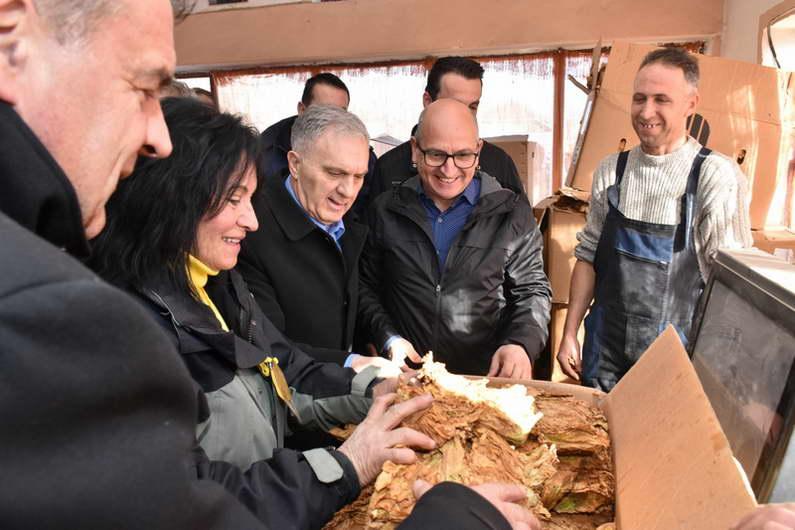 Министерот Димковски во посета на Прилепскиот регион: Откупот тече без проблеми, откупени 80 отсто од произведениот тутун