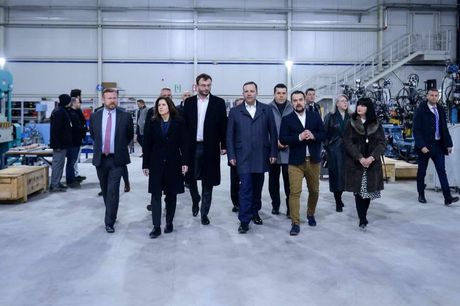 """Премиерот Спасовски: Oдговорните економски политики ја поттикнаa американската компанија """"ДУРА Аутомотив Системс"""" да изгради уште две фабрики во нашата држава"""